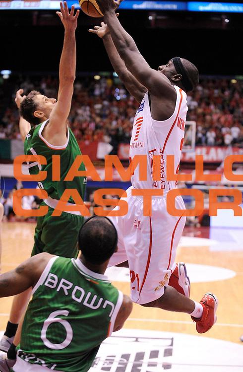 DESCRIZIONE : Milano Lega A 2012-13 Play Off Quarti di Finale Gara2 EA7 Olimpia Armani Milano Montepaschi Siena<br /> GIOCATORE : Nana Mensah-Bonsu<br /> SQUADRA : EA7 Olimpia Armani Milano <br /> EVENTO : Campionato Lega A 2012-2013 Play Off Quarti di Finale Gara2<br /> GARA :  EA7 Olimpia Armani Milano Montepaschi Siena<br /> DATA : 12/05/2013<br /> CATEGORIA : Tiro<br /> SPORT : Pallacanestro<br /> AUTORE : Agenzia Ciamillo-Castoria/A.Giberti<br /> Galleria : Lega Basket A 2012-2013<br /> Fotonotizia : Milano Lega A 2012-13 EA7 Olimpia Armani Milano Montepaschi Siena<br /> Predefinita :