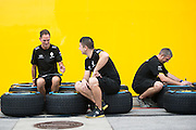 October 20, 2016: United States Grand Prix. Renault mechanics marking tires