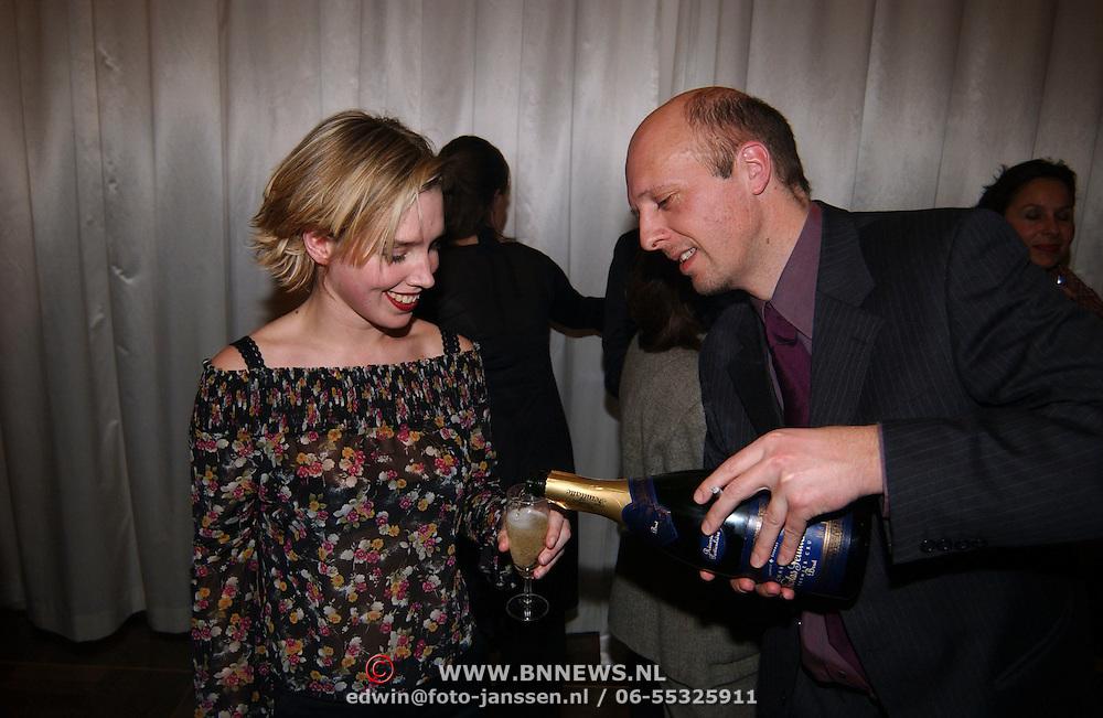 Premiere Vogels, Haye van der Heijden schenkt Nienke Römer champagne
