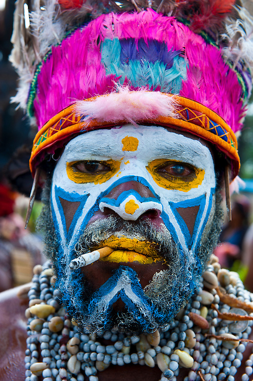 Bunt geschmückte und bemalte Volksstämme feiern das traditionelle Sing Sing in Mount Hagen im Hochland von Papua Neu Guinea, Melanesien*Colourful dressed and face painted local tribes celebrating the traditional Sing Sing in   in the Highlands of Papua New Guinea, Melanesia