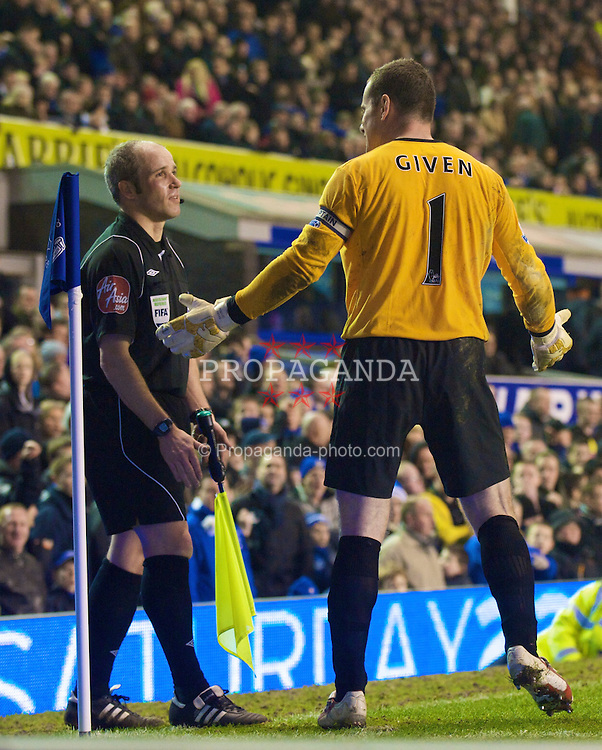 LIVERPOOL, ENGLAND - Saturday, January 16, 2010: Manchester City's goalkeeper Shay Given complains to the linesman after Everton are awarded a penalty during the Premiership match at the Goodison Park. (Photo by David Rawcliffe/Propaganda)