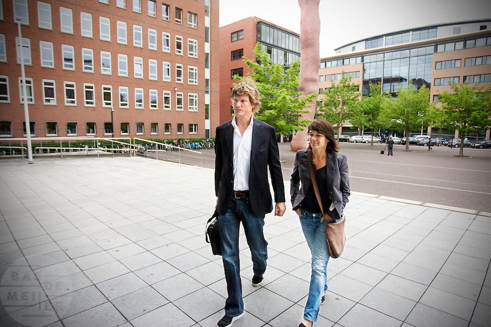 Journalist Eric Smit komt aan bij de rechtbank. Eric Smit en Nina Storms zijn bij de rechtbank in Utrecht  voor een kort geding over de royalties die Smit krijgt voor zijn boek over Storms. De twee zijn verwikkeld in een langdurig conflict. Storms is het niet eens met de biografie die Smit heeft geschreven en doet er alles aan om het de journalist zo moeilijk mogelijk te maken.