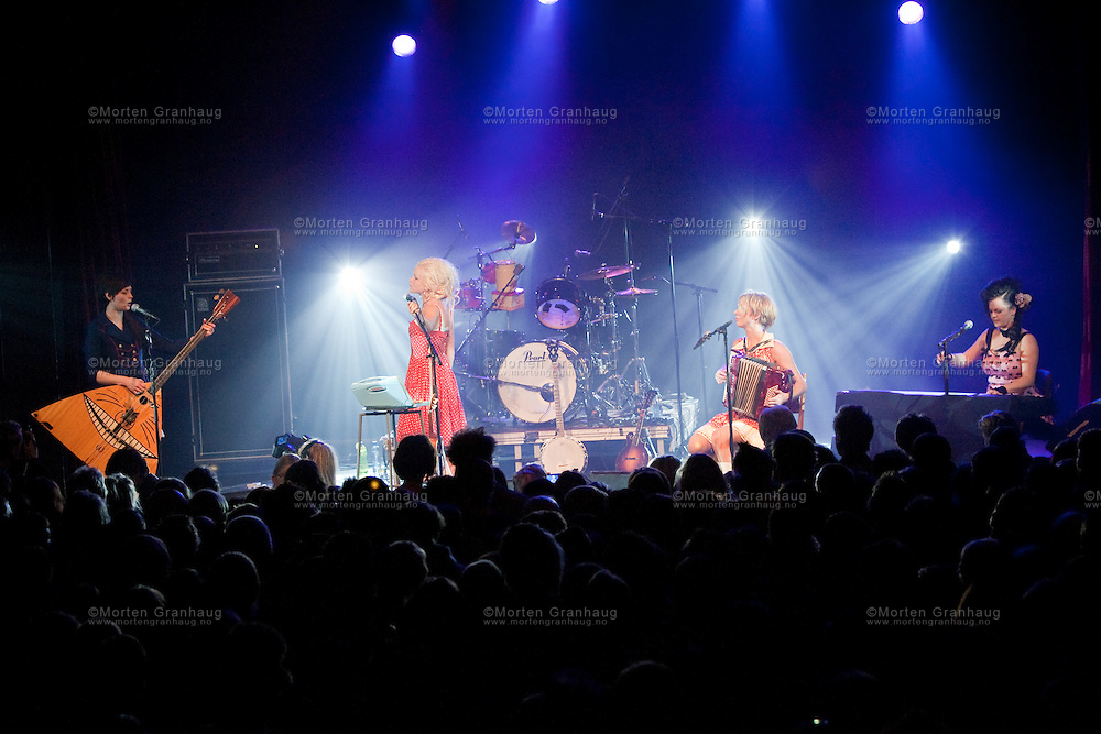 Katzenjammer på Samfundet i Trondheim, 14 november 2009..Katzenjammer er et band fra Oslo startet i 2005..Bandet består av Anne Marit Bergheim, Marianne Sveen, Solveig Heilo og Turid Jørgensen. Bandet spiller en musikk som er en blanding av flere stilarter som folk, pop, rock, country og balkanmusikk. De fire medlemmene veksler på hvilke instrumenter de spiller og har som mål å spille instrumenter de ikke har spilt før. Totalt spiller de over 16 instrumenter, blant dem uvanlige instrument i bandsammenheng som trekkspill, bassbalalaika, fløyte, ukulele og melodika..Bandet ble plukket ut som en av finalistene til årets urørt i 2008 og kom på tredjeplass i kåringen med sangen «A Bar in Amsterdam»..I september 2008 gav de ut sin debutplate Le pop som fikk varierende mottagelse blant musikkanmelderne. For albumet ble bandet nominert til årets nykommer under Spellemannprisen 2008...Katzenjammer performing at Samfundet in Trondheim, november 14th 2009..Katzenjammer is a Norwegian band from Oslo which was formed in 2005..The band members are Anne Marit Bergheim, Marianne Sveen, Solveig Heilo and Turid Jørgensen. Their music mixes genres such as folk music, pop, rock, country and balkan music. The four members switch instruments often and have a stated goal of playing instruments they haven't played before. They play more than 16 different instruments, including some which are quite unusual in a band setting, such as accordion, bass balalaika, flute, ukulele and melodica..In 2008 the band was chosen as one of the finalists in NRK's yearly Urørt competition for unsigned artists, and got a third place for their song A Bar in Amsterdam..Their debut album Le pop was released in September 2008 to favourable reviews. The band received a nomination in the newcomer of the year category in the Norwegian Grammy equivalent, Spellemannprisen the same year.