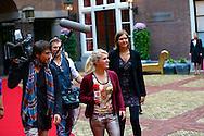 AMSTERDAM - In Hotel The Grand hield Grazia hun jaarlijkse 'Grazia Red Carpet Awards'. Met hier op de foto  cameraman Jaap Hilhorst met Britt Dekker en Ymke Wieringa. FOTO LEVIN DEN BOER - PERSFOTO.NU