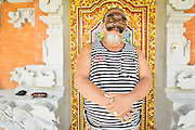 Dintorni di Ubud Bali 2015 - Pak Ida Bagus Alit, maestro mascheraio, sfoggia una delle sue creazioni  davanti alla porta di casa.