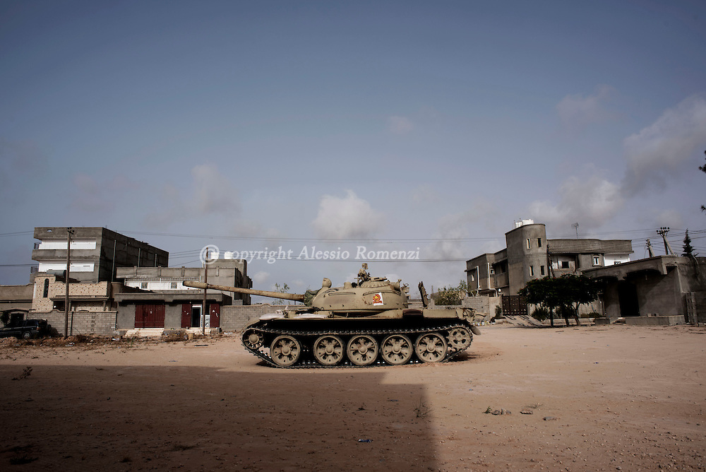 Libya: Libya's Government of National Accord's (GNA) tank is seen nearby neighbourhood 700 in Sirte. Alessio Romenzi