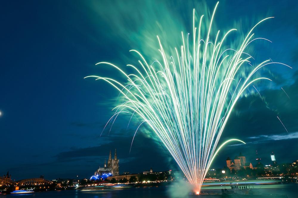 Köln, 09.07.2011- Veranstaltung:  Kölner Lichter; Zum Einlauf der Schiffe und zur Begrüssung wird das kleine Feuerwerk gezündet;   |     Cologne,Koeln,July 9th 2011, Koelner Lichter - Cologne  lights firework in front of the Cathedral