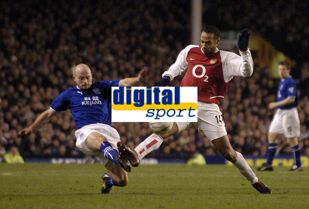 Photo. Jed Wee.<br /> Everton v Arsenal, FA Barclaycard Premiership, Goodison Park, Liverpool. 07/01/2004.<br /> Everton's Lee Carsley (L) and Arsenal's Thierry Henry challenge for possession.