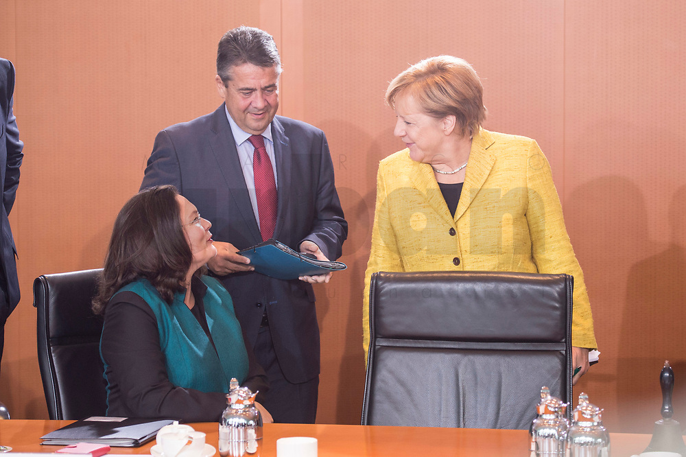 27 SEP 2017, BERLIN/GERMANY:<br /> Andrea Nahles (L), SPD, Bundesarbeitsministerin und designierte SPD Fraktionsvorsitzende, Sigmar Gabriel (M), SPD, Bundesaussenminister, und Angela Merkel (R), CDU, Bundeskanzlerin, im Gespraech, vor Beginn der Kabinettsitzung, Bundeskanzleramt<br /> IMAGE: 20170927-01-022<br /> KEYWORDS: Kabinett, Sitzung, Gespräch