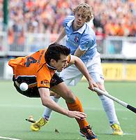 EINDHOVEN - Tim Jenniskens (r) van Bloemendaal in duel met Niek van der Schoot (l) van OZ tijdens de finale play off wedstrijd tussen de mannen van Oranje-Zwart en Bloemendaal. OZ wint met 3-2 en de titel. ANP KOEN SUYK