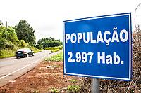 Placa na entrada da cidade informando o número de habitantes. Serra Alta, Santa Catarina, Brasil. / <br /> Sign at the entrance of the city informing the number of inhabitants. Serra Alta, Santa Catarina, Brazil.