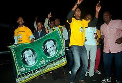 05.12.2013, Johannesburg, ZAF, Nelson Mandela, der Gigant des Humanismus ist im Alter von 95 Jahren in seinem Haus an den Folgen einer Lungenentzuendung gestorben, im Bild People mourn for the death of former South African President Nelson Mandela outside his house// Nelson Mandela a giant of humanism died in his house in Johannesburg, South Africa on 2013/12/05. EXPA Pictures © 2013, PhotoCredit: EXPA/ Photoshot/ Lagnnen Bchea<br /> <br /> *****ATTENTION - for AUT, SLO, CRO, SRB, BIH, MAZ only*****