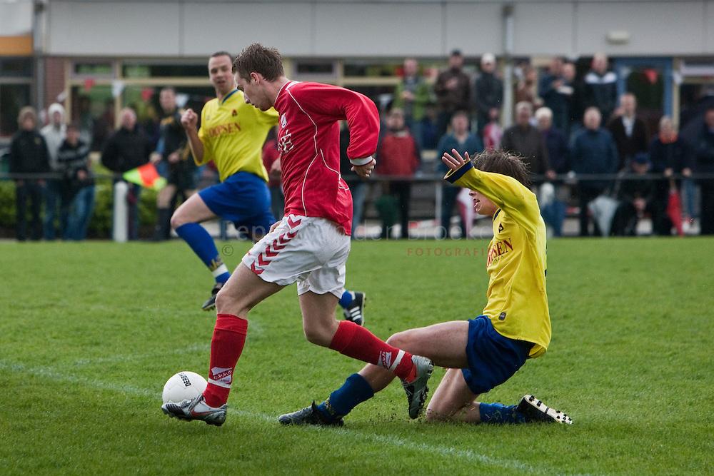 Bedum 20100501. voetbal. cvvb - viboa. Bart Apotheker (cvvb 3) Wouter diepeveen ( viboa 2). foto: pepijn van den Broeke, kilometers: 34