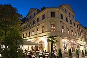 Café Schillerstraße Ecke Frauentorstraße bei Dämmerung, Weimar, Thüringen, Deutschland | Schillerstrasse at dusk, Weimar, Thuringia, Germany