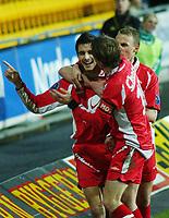 Paul Scharner, Brann, gratuleres med scoringen sin av lagkameratene.<br /> <br /> Fotball. Tippeligaen 2004. Lillestrøm - Brann 2-2. 30. oktober 2004. (Foto: Peter Tubaas/Digitalsport).