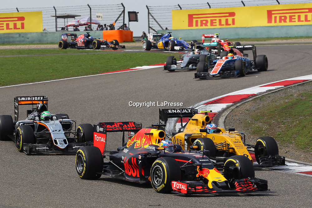 &copy; Photo4 / LaPresse<br /> 17/04/2016 Shanghai, China<br /> Sport <br /> Grand Prix Formula One China 2016<br /> In the pic: Daniel Ricciardo (AUS) Red Bull Racing RB12 and Jolyon Palmer (GBR) Renault Sport F1 Team RS16