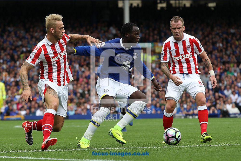 Romelu Lukaku of Everton attempts to break through the defence of Marko Arnautovic and Glenn Whelan of Stoke City during the Premier League match at Goodison Park, Liverpool.<br /> Picture by Michael Sedgwick/Focus Images Ltd +44 7900 363072<br /> 27/08/2016