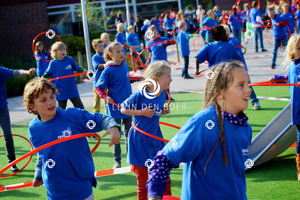 ZALTBOMMEL - 800 leerlingen van zes basisscholen in de Bommelerwaard deden een record poging Hoelahoep. FOTO LEVIN DEN BOER - PERSFOTO.NU