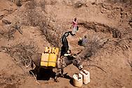 T&oslash;rke i Kenya / Drought in Kenya / Kwa Kavoo<br /> M&aelig;nd og kvinder henter vand i den udt&oslash;rrede flod seng, hvor de har m&aring;tte grave over 2-3 meter ned for at finde vand.