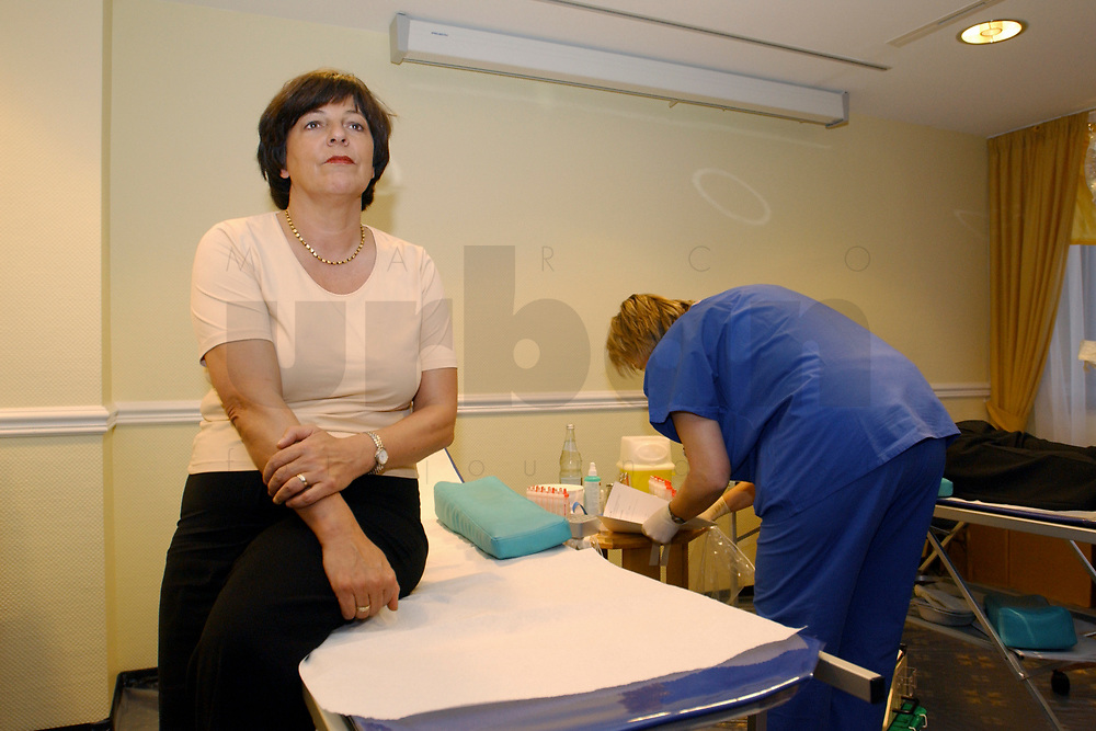 01 DEC 2002, BERLIN/GERMANY:<br /> Ulla Schmidt, SPD, Bundesgesundheitsministerin, nimmtan einer Blutspende Aktion teil, Hotel President<br /> IMAGE: 20021201-01-001<br /> KEYWORDS: spendet Blut, spenden