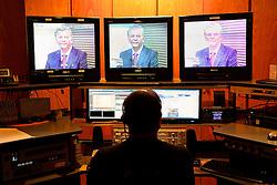 O candidato à reeleição pelo PDT em Porto Alegre, José Fortunati, é exibido nas telas do switcher durante o debate entre candidatos na rede Pampa de Comunicação. FOTO: Jefferson Bernardes/Preview.com