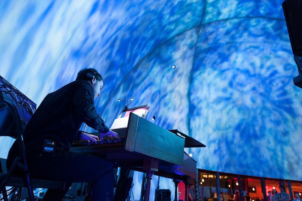 JACASZEK, figure emblématique de la scène électronique polonaise, ouvre la soirée accompagné de deux instrumentistes classiques et d'un artiste visuel.