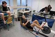 Alwin Visker (midden) praat met teamgenoot Jan Bos tijdens het warmrijden voor een meting. Studenten van de TU Delft en VU Amsterdam verrichten metingen aan de renners die een poging gaan wagen om het wereldrecord fietsen te verbreken. Oud-schaatser Jan Bos en Sebastiaan Bowier gaan proberen het record van 133 km/h te verbreken. Wil Baselmans en Alwin Visker zijn geselecteerd om het werelduurrecord te verbreken. In 2011 haalde Bowier 129 km/h. De andere rijders doen voor het eerst mee.<br /> <br /> Alwin Visker is talking to Jan Bos (left) during the warming up. Students of the TU Delft and the VU Amsterdam are measuring the condition of the for riders who will try to attempt to break the world record speed biking. Former skater Jan Bos and Sebastiaan Bowier will try to set a new top speed record. Wil Baselmans and Alwin Visker are selected to set a new top distance in an hour. Bowier reached in 2011 129 km/h, the world record is 133 km/h.
