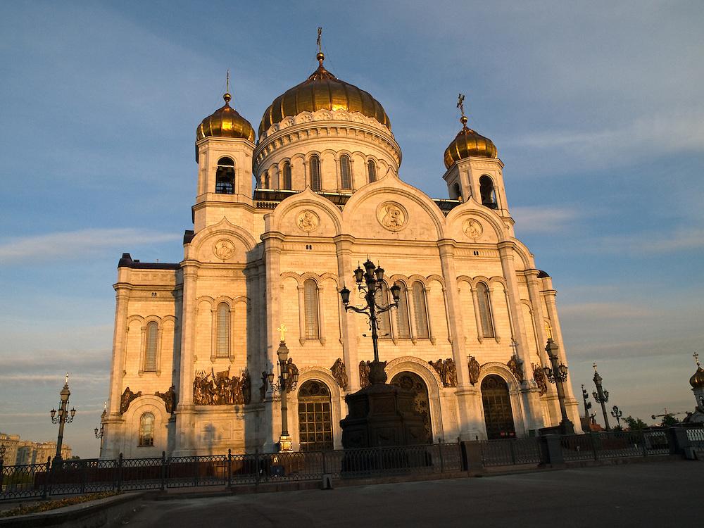 Die Christ-Erl&ouml;ser-Kathedrale ist eine Kathedrale in der russischen Hauptstadt Moskau. Sie gilt als das zentrale Gotteshaus der Russisch-Orthodoxen Kirche und geh&ouml;rt mit 103 Metern zu den h&ouml;chsten orthodoxen Sakralbauten weltweit. Die am linken Ufer der Moskwa westlich des Kremls stehende Kathedrale wurde urspr&uuml;nglich 1883 erbaut, w&auml;hrend der Stalin-Herrschaft 1931 zerst&ouml;rt und im Jahr 2000 originalgetreu wiedererrichtet.<br /> <br /> The Cathedral of Christ the Saviour is one of the tallest Eastern Orthodox Church in the world. It is situated in Moscow, on the bank of the Moskva River, a few blocks west of the Kremlin.
