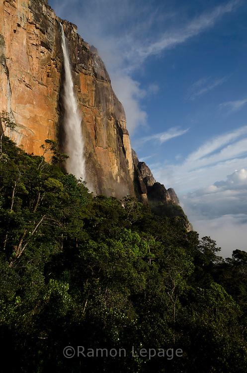 """AUYANTEPUY, VENEZUELA. Vista del Salto Angel o conocido por lengua indígena Pemon como """"Kerepacupai Vena; es la caída de agua más grande del mundo con sus 979 metros de altura.  El Auyantepuy es el mayor de los tepuis del Parque Nacional Canaima con  sus 700 kms2. (Ramon lepage /Orinoquiaphoto/LatinContent/Getty Images)"""
