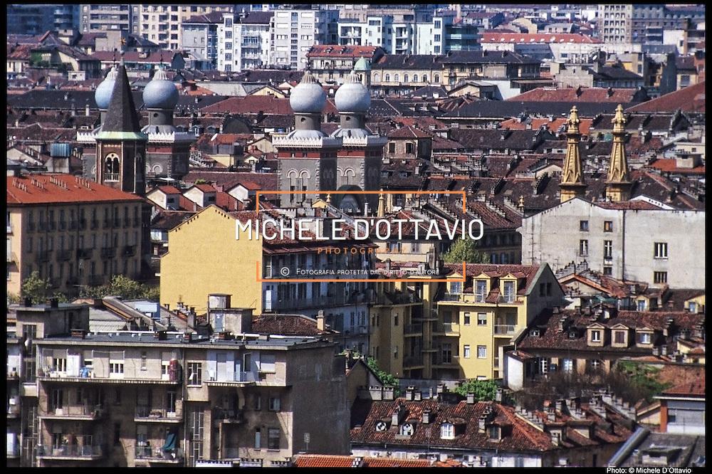Torino, veduta panoramica dall'alto del quartiere di San Salvario con il campanile della chiesa di San Giovanni Evangelista, le torri della sinagoga e del Tempio Valdese.