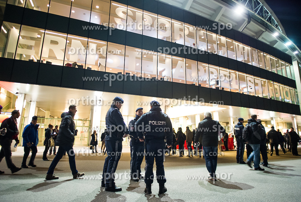 17.11.2015, Ernst Happel Stadion, Wien, AUT, Testspiel, Österreich vs Schweiz, im Bild Polizeibeamte kurz vor Spielbeginn // Police officers with detector dog shortly before the game during the International Friendly Football Match between Austria and Switzerland at the Ernst Happel Stadion in Wien, Austria on 2015/11/17. EXPA Pictures © 2015, PhotoCredit: EXPA/ Michael Gruber