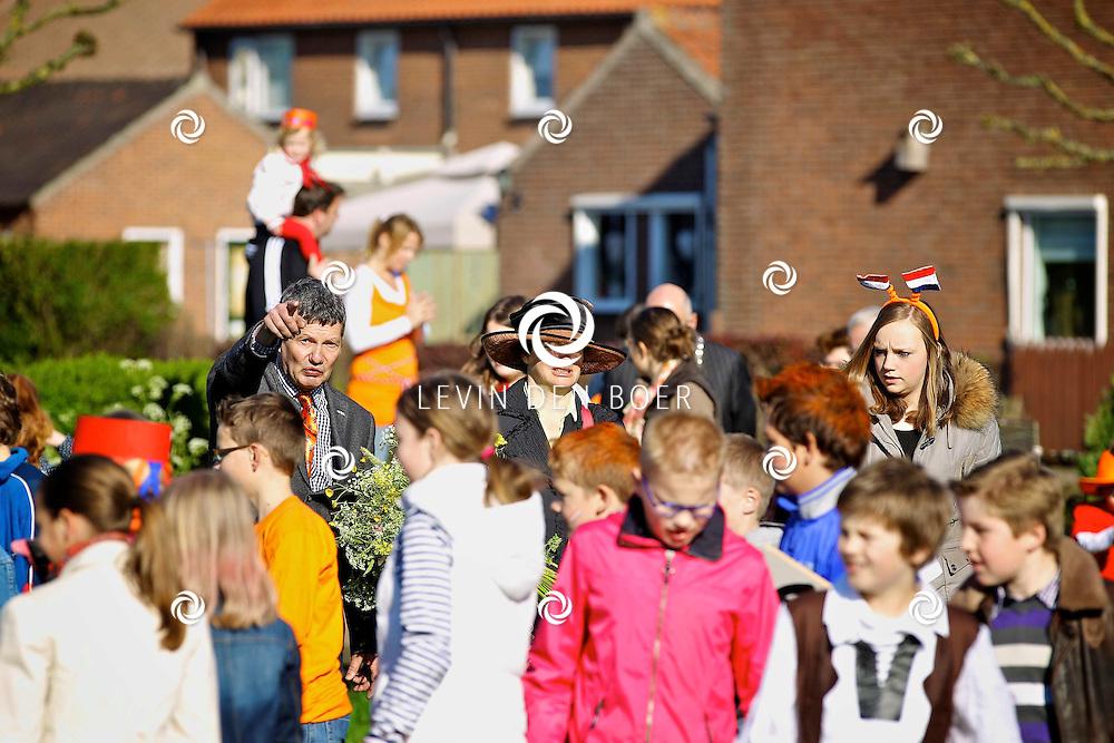 POEDEROIJEN - Koninginnedag 2012 in Poederoijen met de Aubade van Burgemeester Albert van den Bosch. En ook echte Vikingen waren aanwezig de kinderen konden diversen spellen spelen. FOTO LEVIN DEN BOER - PERSFOTO.NU