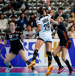 08-12-2019 JAP: Netherlands - Germany, Kumamoto<br /> First match Main Round Group1 at 24th IHF Women's Handball World Championship, Netherlands lost the first match against Germany with 23-25. / Dione Housheer #27 of Netherlands, Danick Snelder #10 of Netherlands, Emily Bölk #20 of Germany