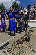 Mongolia. Ulaanbaatar. The women also do archery, one of the  - three virile sports -  in (Ulan Bator).   /  Oulan Bator) Les femmes  participent aussi au tir a l arc /  un des trois jeux virils en Mongolie  (Oulan Bator)   /  R35/2      /  P0003186