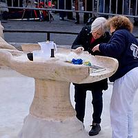 La fontana della Barcaccia danneggiata dai tifosi del Feyenoord