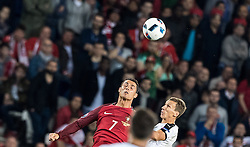 18.06.2016, Parc de Princes, Paris, FRA, UEFA Euro, Frankreich, Portugal vs Oesterreich, Gruppe F, im Bild Cristiano Ronaldo (POR), Sebastian Proedl (AUT) // Cristiano Ronaldo (POR), Sebastian Proedl (AUT) during Group F match between Portugal and Austria of the UEFA EURO 2016 France at the Parc de Princes in Paris, France on 2016/06/18. EXPA Pictures © 2016, PhotoCredit: EXPA/ JFK