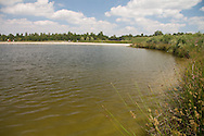 Op de eerste zomerse dag van 2010 kon de jeugd van Wolvega niet zwemmen in de nieuwe zwemplas De Vlinderslag bij Wolvega. Wegens aangetroffen blauwalgen had de Provincie Fryslân namelijk ter plaatse een zwemverbod afgekondigd.