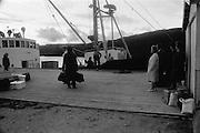 Båtbryggan på Lovund i Norge en tidig morgon