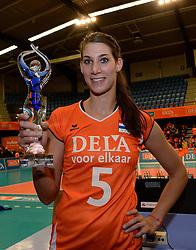 29-12-2013 VOLLEYBAL: DELA TROPHY UITREIKING INGRID VISSER AWARD: DEN BOSCH<br /> Volleybalkrant organiseerde de beste volleyballer en volleybalster 2013. De award die zij uitreikten kreeg een nieuwe naam - Ingrid Visser Award. De award, uitgereikt door de moeder van Ingrid Visser,  ging naar Robin de Kruijf. <br /> ©2013-FotoHoogendoorn.nl