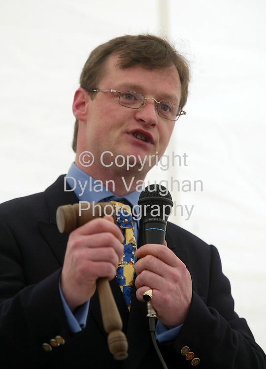 21/5/2002 Irish Independent News.Auctioneer Loughlin Bowe pictured in action at the Loughlin Bowe auction at Duninga House in Goresbridge County Kilkenny yesterday..Picture Dylan Vaughan