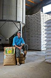 """O produtor Geraldo Azevedo mostra os """"marrecos de Pequim"""" que utiliza na preparação do solo para o plantio de arroz, na cidade de Mostardas (RS). FOTO: Jefferson Bernardes / Preview.com"""