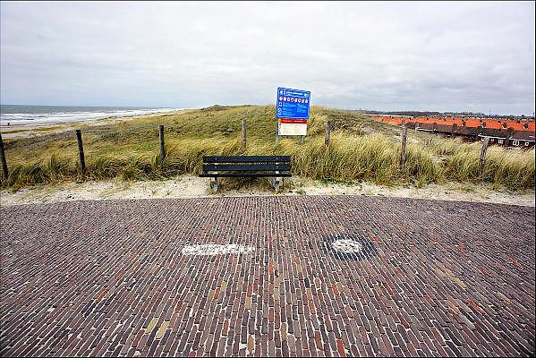 Nederland, Kijkduin, 3-4-2011De doorgang van het dorp naar het strand. Het zwakste punt van de duinen langs de Nederlandse kust is in Ter Heijde. Het is het meest kwetsbare punt in de bescherming van ons land tegen de zee, omdat de duinen hier zo smal zijn. Een heuvel breed. De stip is aangebracht voor metingen vanuit de lucht. Vlak boven dit punt wordt de zandmotor aangelegd, een experiment van rijkswaterstaat om gedurende lange periode zandsuppletie    te doen aan de kust. The weakest point of the dunes along the Dutch coast is in Ter Heijde. It is the most vulnerable point in protecting our country against the sea.Foto: Flip Franssen/Hollandse Hoogte