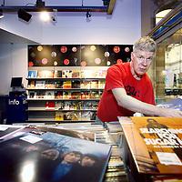 Nederland, Amsterdam , 8 augustus 2013.<br /> General manager Arthur ter Braak wil samen met inkoper Jeroen de Ruiter (foto) de toekomstige doorstart van FAME realiseren.<br /> Platenzaak Fame denkt snel weer open te gaan. Het management wil de bekende muziekwinkel, die met het Free Record Shop-concern ten onder onder ging, in augustus op eigen benen voortzetten.<br /> De winkel blijft op de bovenste verdieping van Magna Plaza, de locatie waar de winkel eind juni de deuren sloot vanwege het faillissement van Free Record Shop.In het oude postkantoor achter het Paleis op de Dam had Fame Plaza tot vorige maand een winkelvloer van ruim 600 vierkante meter in gebruik. Daarmee was Fame naar eigen zeggen de grootste entertainmentwinkel van het land.'Het is nog niet helemaal rond,' zegt Arthur ter Braak. 'Er moeten nog een paar partijen aan boord komen om deze doorstart mogelijk te maken.' Maar hij is heel optimistisch. 'Medio augustus willen we weer opengaan. We moeten onze klanten ook niet te lang laten wachten.'Ter Braak had meer dan tien jaar de leiding over de megastore van Fame, dus ook al toen de winkel nog aan de Kalverstraat zat en het trotse vlaggenschip was van het Free Record Shop-concern. Hij wil de winkel overnemen samen met Jeroen de Ruiter, die al sinds de jaren negentig de inkoop deed voor Fame.<br /> Foto:Jean-Pierre Jans