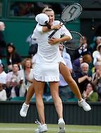 Wimbledon Championships 2011, AELTC,London,.ITF Grand Slam Tennis Tournament . Damen Doppel Finale,Endspiel,Kveta Peschke (CZE) springt ihrer Partnerin Katarina Srebotnik (SLO) jubelnd. in die Arme,Jubel, Emotion,Ganzkoerper,Hochformat,