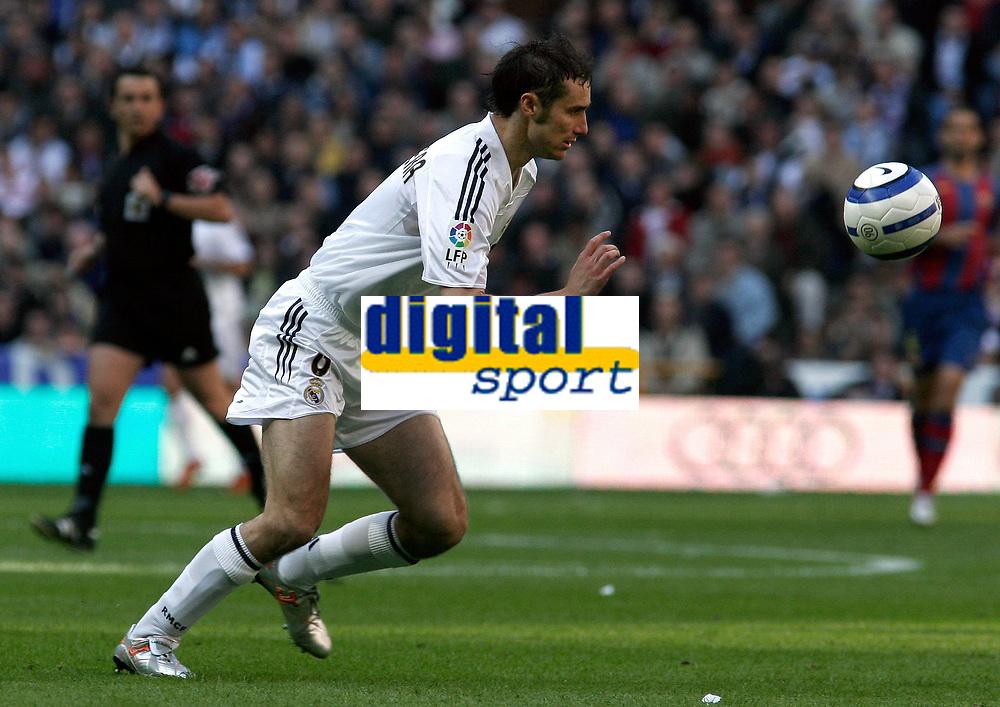 Fotball<br /> Spania 2004/05<br /> Real Madrid v Barcelona<br /> 10. april 2005<br /> Foto: Digitalsport<br /> NORWAY ONLY<br /> Real Madrid's Ivan Helguera