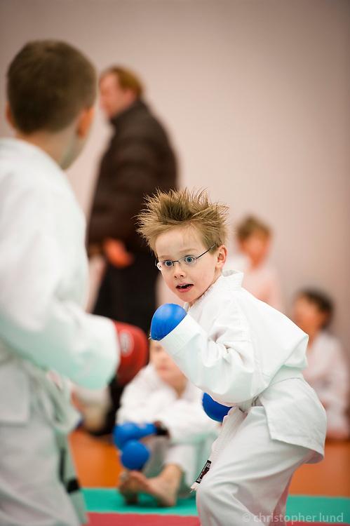 Innanfélagsmót Fylkis í karate á öskudag 2011. Ari Carl að taka þátt í sínu fyrsta móti.
