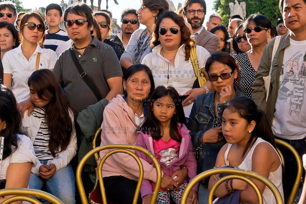 Roma 29 Maggio 2015<br /> I filippini della comunit&agrave; di Roma si sono ritrovati in piazza del Campidoglio per un raduno di preghiera, in ricordo di Corazon Abordo Perez, la filippina di 44 anni madre di due figli, uccisa due giorni fa da un&rsquo;auto con tre rom a bordo, al quartiere Boccea,  nel quale sono state ferite altre otto persone fra cui altri due filippini. Il marito (S)  con  una delle figlie e i parenti di Corazon Abordo Perez.<br /> Roma, Italy. 28th May 2015<br /> The Filipino community in Rome gathered in Piazza del Campidoglio for a prayer meeting in memory of Corazon Abordo Perez, the 44 year old Filipino mother of two children , who was killed two days ago by a car with three Roma on board, Boccea district, where were injured eight others people , including two other Filipinos. The husband (S) with one of the daughters and relatives of Corazon Abordo Perez.