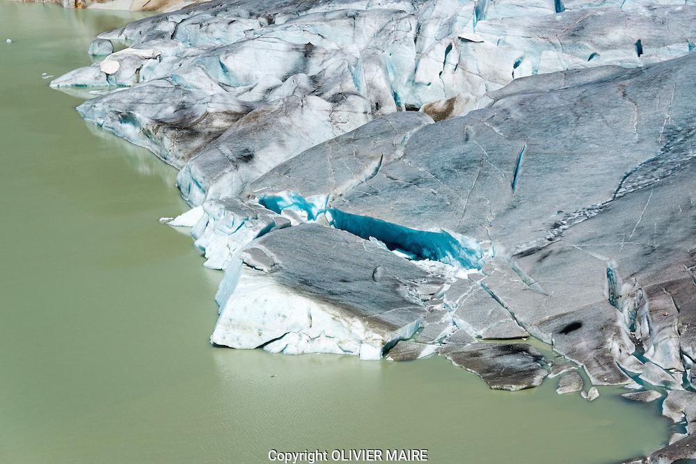 Reportage avec Olivier Maire, au chevet du glacier du Rh&ocirc;ne qui malgr&eacute; des b&acirc;ches fond &agrave; vue d&rsquo;&oelig;il. Comment ceux qui vivent autour de lui (h&ocirc;tellerie, restauration, galerie des glaces) se pr&eacute;parent &agrave; sa disparition<br /> 2 aout 2013<br /> (PHOTO-GENIC.CH/ OLIVIER MAIRE)