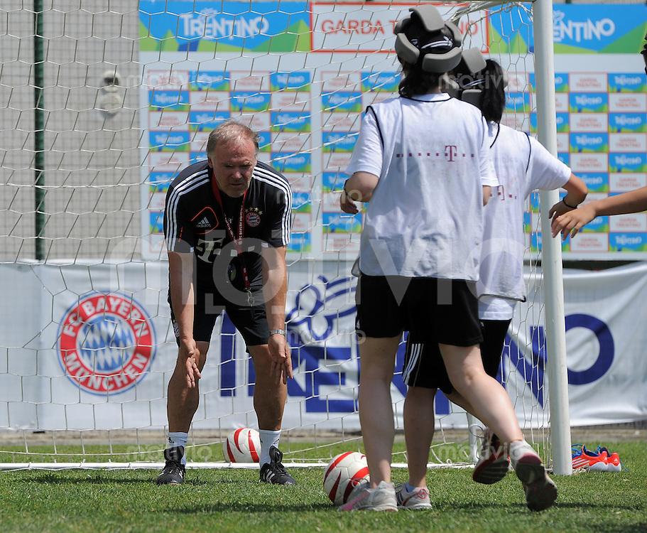 Fussball 1. Bundesliga:  Saison  Vorbereitung 2012/2013     Trainingslager des FC Bayern Muenchen 19.07.2012 Co Trainer Hermann Gerland (FC Bayern Muenchen)  spielt Blindenfussball