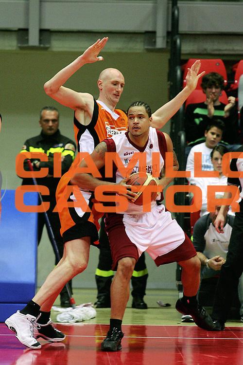 DESCRIZIONE : Livorno Lega A1 2005-06 Basket Livorno Snaidero Basketball Udine<br /> GIOCATORE : Troutman<br /> SQUADRA : Basket Livorno<br /> EVENTO : Campionato Lega A1 2005-2006<br /> GARA : Basket Livorno Snaidero Basketball Udine<br /> DATA : 09/04/2006<br /> CATEGORIA : Penetrazione<br /> SPORT : Pallacanestro<br /> AUTORE : Agenzia Ciamillo-Castoria/Stefano D'Errico
